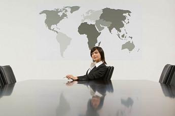 عکس زن در دفتر کار