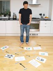 عکس مرد و کاغذهای ایده