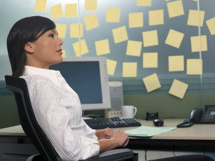 عکس زن در حال فکر کردن