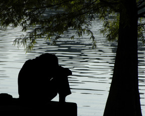 عکس آدم ناراحت کنار دریاچه