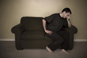 عکس مرد ناراحت روی مبل