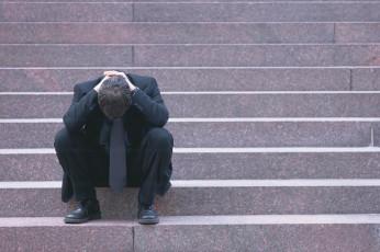 عکس مرد ناراحت و غمگین روی پله