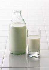 عکس شیشه شیر و لیوان شیر