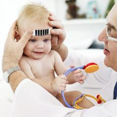 عکس کودک نوازد و دکتر در حال اندازه گیری تب