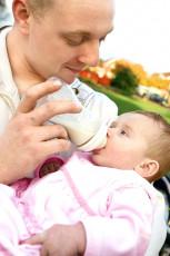 عکس کودک در آغوش پدر