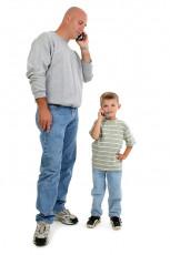 عکس پدر و پسربچه با موبایل