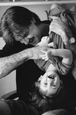 عکس پدر و بچه در حال بازی کردن