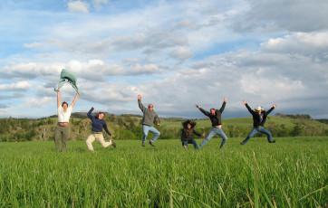 عکس دوستان و پریدن در هوا