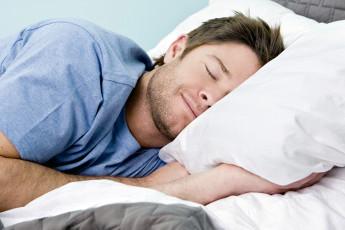 عکس خوابیدن مرد در رختخواب