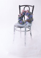 عکس تاج گل روی صندلی