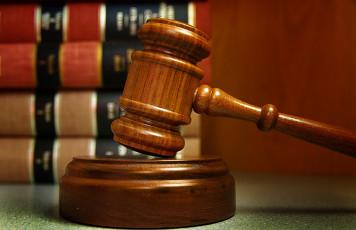 عکس چکش قاضی دادگاه