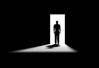 عکس مرد در تاریکی اتاق