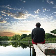 عکس مرد کنار دریاچه و آسمان