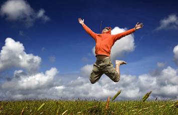 عکس مرد و آسمان و خوشحالی