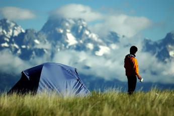 عکس مرد و چادر در طبیعت