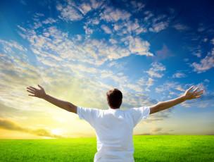 عکس مرد در دشت و آسمان