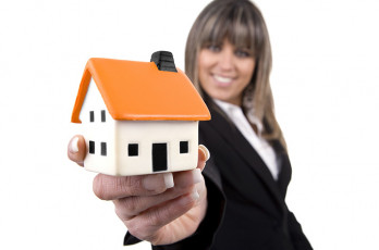 عکس خانه در دست زن