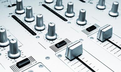 عکس دستگاه و دکمه های میکس صدا